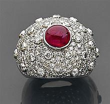Bague dôme en or gris ornée au centre d'un rubis et entièrement pavée de petits diamants en sertis à grains et de diamants en sertis...