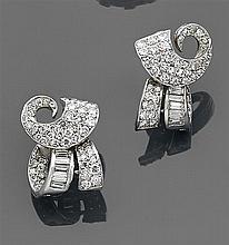 Paire de clips d'oreilles diamant Ils représentent des volutes de rubans soulignées de diamants taille brillant et baguette. Monture...