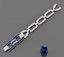 Bracelet forçat composé de maillons rectangulaires entièrement sertis de diamants taille brillant sertis à grains réunis par des lie...