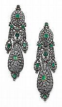 Importante paire de pendants d'oreilles Ils sont de forme articulée à motifs ovales et piriformes, rehaussés de guirlandes. L'ensemb...