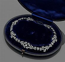 Collier guirlande Il est en forme de guirlandes de fleurs et de feuilles entièrement serties de diamants taille brillant (TA) montés...