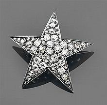 Broche étoile en forme d'étoile à cinq branches  en or et argent entièrement pavée  de diamants taille brillant (TA),  système démon...