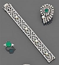 Bracelet ruban formé d'une suite de quatre motifs à palmettes rehaussés d'une perle sur un décor pavé de diamants taille brillant et...