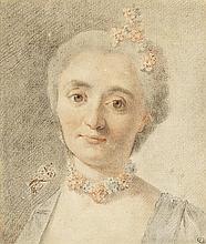 École française du XVIIIe siècle Portrait de femme au collier de fleurs Trois crayons et estompe 15 x 13cm Petite tache en bas à gau...