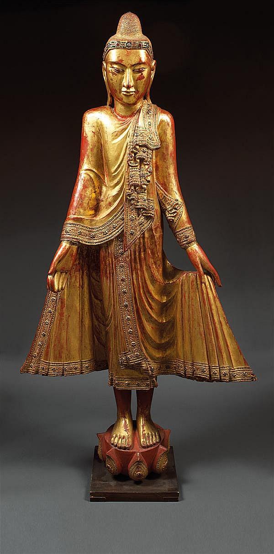 GRANDE STATUE en bois laqué, doré et applications de verroterie, représentant le Bouddha en pieds sur un socle lotiforme, les yeux mi-c