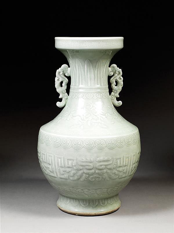 GRAND VASE DE FORME HU en porcelaine blanche et couverte monochrome céladon pâle, à panse en calice, épaule anguleuse et col évasé a...