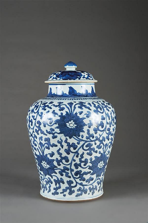 JARRE COUVERTE en porcelaine blanche et bleu de cobalt sous couverte, à base cintrée, haute épaule renflée et large col court, le co...