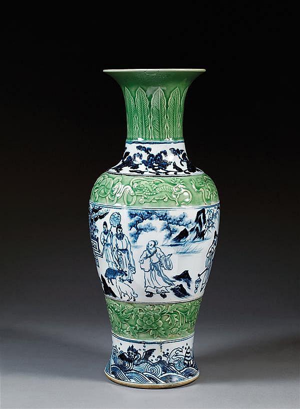 VASE GUANYIN en porcelaine, couverte céladon et bleu de cobalt sous couverte, à base cintrée, panse fuselée, haute épaule renflée et...
