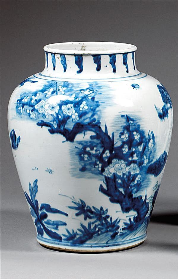 JARRE en porcelaine blanche et bleu de cobalt sous couverte, à haute épaule renflée et large col court, à décor d'oiseaux volant par...