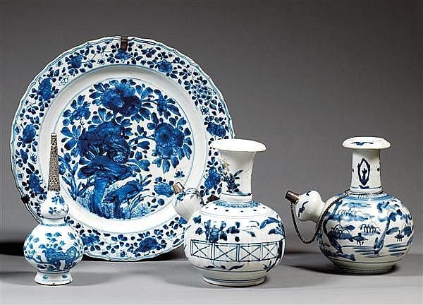 ASPERSOIR À EAU DE ROSE en porcelaine blanche et bleu de cobalt sous couverte, monté sur un pied élargi, la panse inférieure globula...