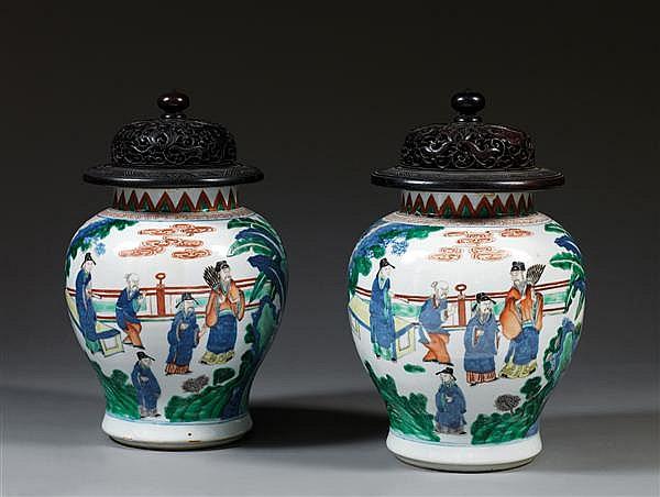 PAIRE DE JARRES en porcelaine blanche et émaux polychromes cinq couleurs, dits