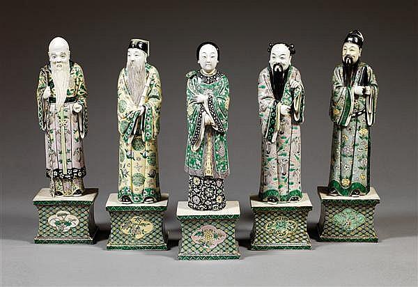SUITE DE CINQ STATUETTES en biscuit et émaux polychromes de la famille verte, représentant cinq des huit immortels (ba xian), représ...