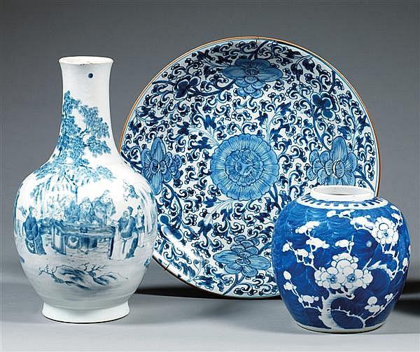 POT À GINGEMBRE en porcelaine blanche et bleu de cobalt sous couverte, la panse ovoïde, à décor de rameaux de prunus sur un fond ble...