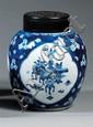 POT À GINGEMBRE en porcelaine blanche et bleu de cobalt sous couverte, la panse ovoïde, à décor de trois réserves polylobées accueil...