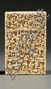 GRAND PORTE-CARTES en ivoire, à riche décor tapissant sculpté en méplat d'un paysage animé de nombreux personnages, construit de pavill