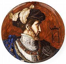 MONTIGNY sur LOING Plat circulaire en faïence, présentant probablement un profil d'Henri II, émaux polychromes. Signature des initia...