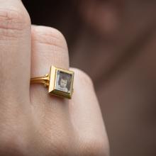 Bague à portrait en or jaune, anneau à décor de palmettes, chaton carré, comportant une photographie de petit enfant