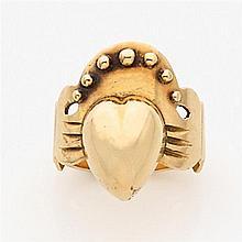 Bague de fiançaille bretonne en or jaune ornée d'un cœur couronné de perles retenu par deux mains. Travail du XIXème siècle. Poids :...