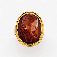 Bague camée en or jaune 14K ornée d'un camée de forme ovale sur cornaline à trois couches gravé d'une tête de femme voilée