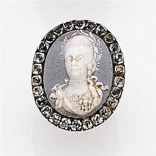 Bague commémorative en or jaune 14K ornée d'un portrait en biscuit représentant la reine Marie du Portugal dans un entourage de cris...