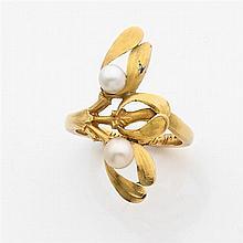 Bague porte-bonheur en or jaune, à décor de branches de gui réhaussée de deux perles fines
