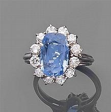 Bague saphir entourage Elle est ornée d'un saphir ovale allongé dans un entourage de diamants taille brillant. Monture en or gris. T...