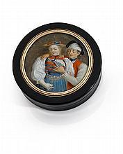 Années 1820 Tabatière miniature de forme ronde en corne brune. Le couvercle porte une miniature représentant des jeunes mariés dans ...