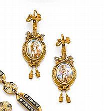 Années 1860 Paire de pendants d'oreilles de forme ovale ornés d'émaux peints d'amours. Riche monture en or de couleur 18K ciselé d'a...