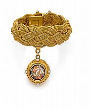 années 1860 BRACELET breloque Il est en forme de tresse dÅfor jaune 18K. Une breloque en pampille de forme ovale ornée de deux minia...