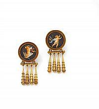vers 1880 Paire de pendants d'oreilles en or composés chacun d'un motif orné d'une peinture sur porcelaine à décor d'angelots. L'ent...