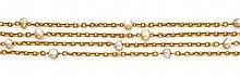 Années 1900 Long sautoir perles fines Il est constitué d'une chaîne en or jaune 18K à maillons forcats entrecoupée de 20 perles fine...