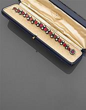 Attribué à Alexis FALIZE Années 1880 Bracelet rivière orné d'une ligne de treize rubis de différentes formes séparés par des groupes...