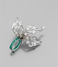 Paul FLATO Années 1940 Rare Broche feuillages Elle comporte trois larges feuilles au naturel richement pavées de diamants taille bri...