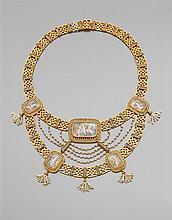 Années 1860 Collier draperie Il se compose de cinq miniatures sur émail de forme rectangulaire à décor d'amours pêcheurs, armés d'un...