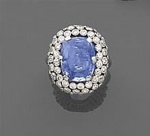 années 1950 Bague dôme saphir Elle est ornée dÅfun grand saphir coussin dans un triple entourage de petits diamants taille brillant ...