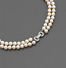 Années 1950 Collier perles de culture Il est composé de deux rangs de perles de culture en chute. Élégant fermoir en forme d'anneaux...
