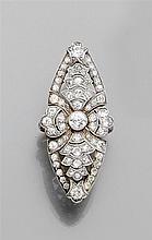 Longue bague marquise de forme contournée. Décor floral stylisé pavé de diamants taille brillant. Monture en platine et or gris 18K....