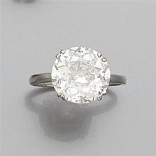 Bague diamant solitaire Elle est ornée d'un diamant taille brillant en chaton à griffes. Monture en platine. Poids brut : 3,4 gr Poi...