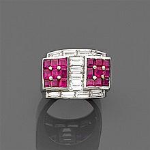Années 1935. Bague chevalière à gradins ornée de rubis en serti à clous sur un riche pavage de diamants baguettes. Monture en platin...