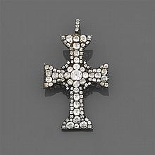 début xvIiie siècle Magnifique pendentif croix entièrement pavé de diamants taille brillant disposés en motifs rayonnants. Monture e...