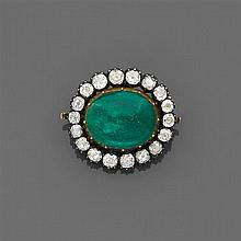 Années 1840 Broche pendentif émeraude Elle est ornée d'un cabochon d'émeraude ovale en serti clos dans un entourage de diamants tail...