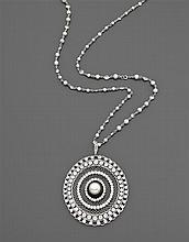 Années 1910 Important pendentif perles et diamants Il est de forme ovale entièrement ajouré à l'imitation de la dentelle. Au centre ...