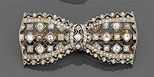 Années 1910 Broche noeud de ruban à l'imitation de la dentelle. Elle est rehaussée de diamants taille brillant (TA) et taillés en ro...