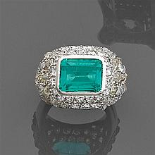 René BOIVIN Année 1934 Bague chevalière émeraude Elle porte une émeraude rectangulaire en sertissure sur un pavage de diamants taill...