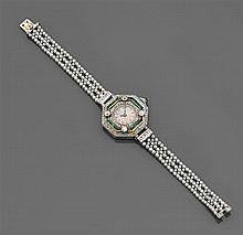 Années 1925 Montre-bracelet de dame en platine à boîtier octogonal. à triple entourage de diamants taillés en rose et émeraudes cali...