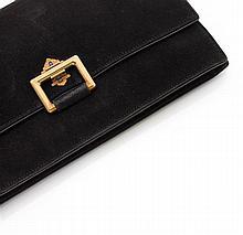 CARTIER Années 1935 Pochette en daim noir. Le fermoir est en forme de boucle rectangulaire en or jaune 18K retenue par un motif à pa...