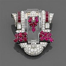 Années 1935 Grand clip écusson cristal de roche Il est formé d'un motif de cristal de roche taillé à gradins dans un entourage de di...