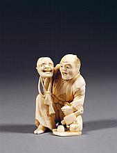 OKIMONO en ivoire marin, représentant un acteur accroupi en train de réciter son rôle, un masque de théâtre grimaçant dans la main d...