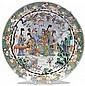 GRAND PLAT en porcelaine, émaux polychromes dans le style de la famille verte, blanc fixe et dorure, de forme circulaire, à décor, s...