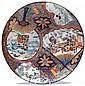GRAND PLAT en porcelaine, bleu de cobalt, émaux polychromes de Kutani et dorure, de forme circulaire, à décor de quatre réserves en ...